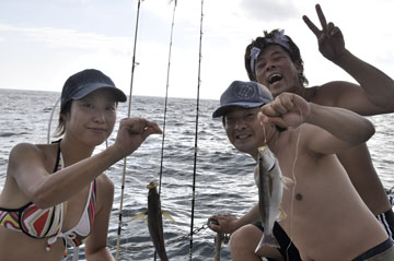 小さいイサキが釣れこっちが大きいなど大騒ぎ