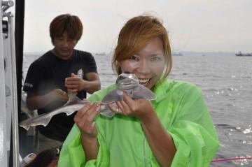 釣れづにサメとじゃれる、かやママ!?