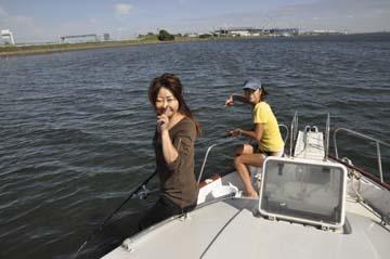 まだまだ浅葉でーボートの先端は水深1.6m