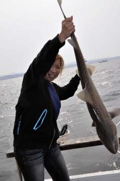 豪快にサメを持つママ