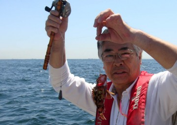 ちょっと船酔い気味の横田さんにちょっと小振りなカサゴ