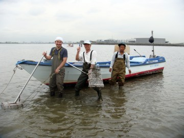 久しぶりに逢った釣り仲間の塩ちゃん御一行様は皆大きなジョレンでひたすら掘ってます