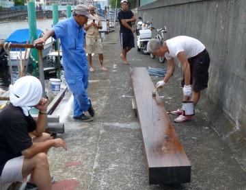 新しい木材は米松、腐食止めを丹念に塗る・・このサイズは長さが5m幅35cm厚みは15cm4人でヤッと持ち上りました