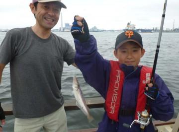 初めて船に乗った小学3年のケント君にジャンボキスが・・・お父さんも嬉しそう