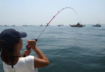初めてルアーで釣り上げる・・・琴ちゃん必死です!!!