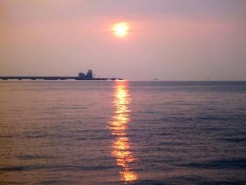 つばさ橋からの東京湾はどんよりしてすでに気温は29℃