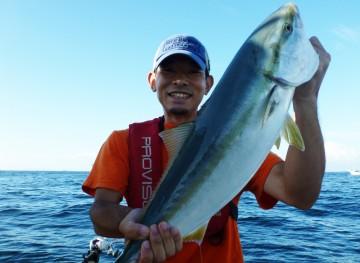 初めてのワラサ釣りで4kgをゲットし、ニコニコ顔の秋山ちゃん