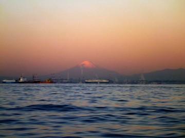 太陽に映え富士山がクッキリと・・・一路久里浜へ南下する