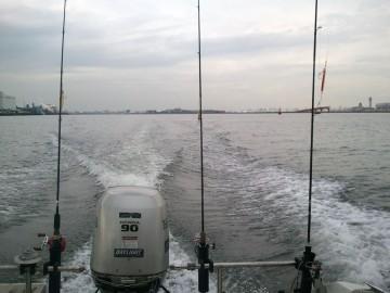 どんよりした多摩川河口を・・・この時が一番期待に胸が膨らむ!