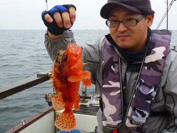 ナンとオニカサゴを釣った横田さん!