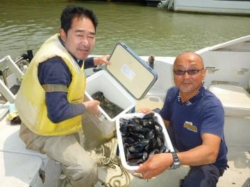 帰港して徳渕さんはクーラーにアサリがマアマア・・・マジさんと特大ののムール貝が!