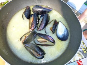 ムール貝の白ワイン蒸し・・・・こんなに美味しいものとは、羽田産捨てがたし
