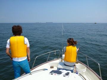 船の先端でまったりと釣り糸を垂れている鎌田夫妻