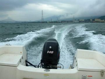 雲が低く・・ヤット雨があがった伊万里湾の湾口へ 遠くに伊万里大橋が!