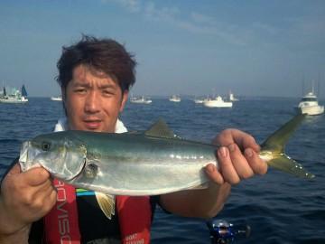 最初の魚は大事に取り込み 初イナダを釣り上げた松岡さん