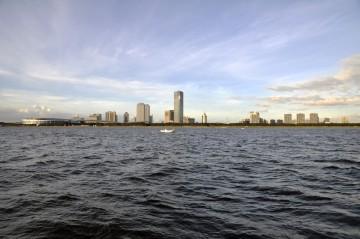 巨大なビルが海岸とマッチして海外にいるよう・・・!