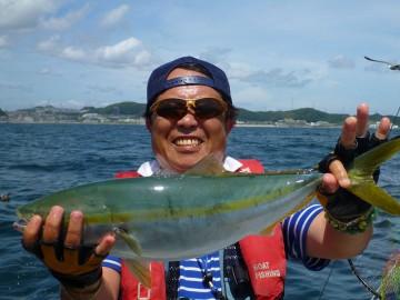 昔、全磯で釣りをした佐々木さんもイナワラにニッコリ!