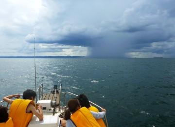保田方面にキノコ雲の雨雲が!雨雲を迂回して明るい水面を進む