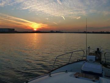 晩秋の多摩川河口の夕暮れ・・・暗くなる前に帰港