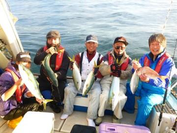 皆で魚を持って記念撮影・・・笑顔が素晴らしい!