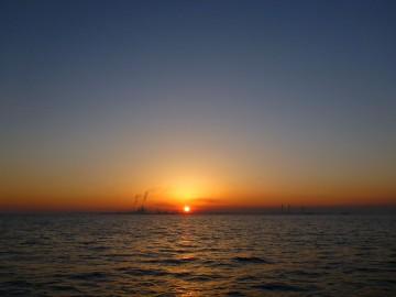木更津沖で日の出を迎える