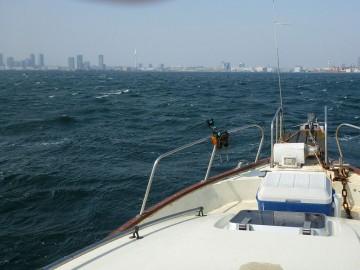 横浜港の中で白波だらけ・・・霞んでいるのは黄砂?
