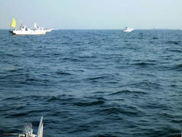 久しぶりに見る中の瀬の釣船・・・結構10杯位集まってます
