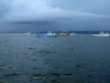 いや〜な感じの雲が垂れ込めている久里浜沖