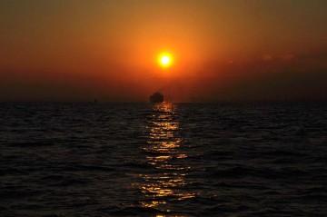 川崎沖で今年最後の夕日を見ながら羽田へ・・・