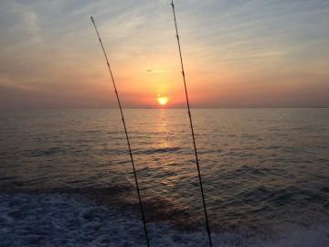 期待が膨らむ 日の出とともに出船・・・