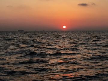 海は凪・・・日の出とともに南下・・・!