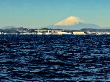 雲ひとつない穏やかな海と冠雪した富士山・・・美しい・・・!