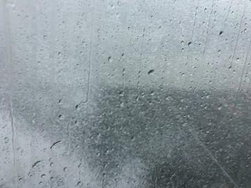 窓に叩きつける雨・・・!
