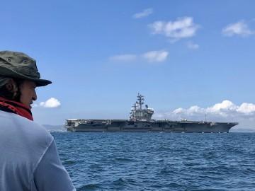 釣ってる側をアメリカの原子力空母が横須賀に向かって通過中・・・!