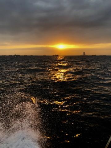 海は凪・・日の出とともに南下・・・!
