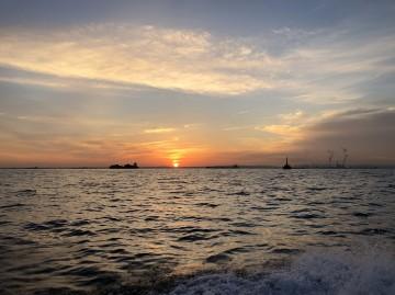 水平線から上る朝日を見ながら・・・!