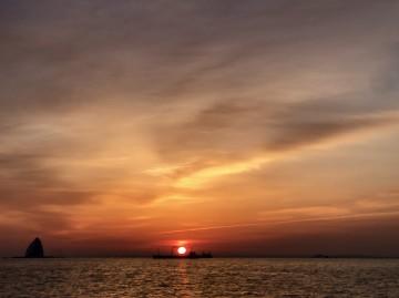 朝焼けの中・・・海上は凪・・・一路ポイントへ南下・・