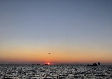 今日は暖かくなる予報・・・快晴な羽田沖の日の出・・・!
